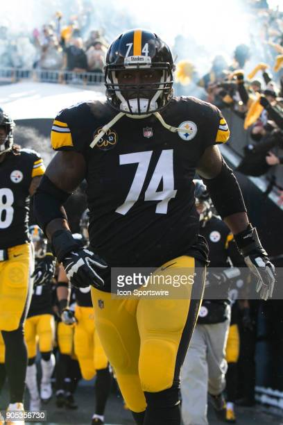 Pittsburgh Steelers offensive tackle Chris Hubbard runs onto the field during the AFC Divisional Playoff game between the Jacksonville Jaguars and...
