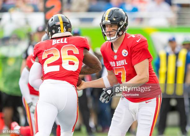 Pittsburgh Steelers quarterback Ben Roethlisberger hands off to Pittsburgh Steelers running back Le'Veon Bell During the NFL Pro Bowl match between...