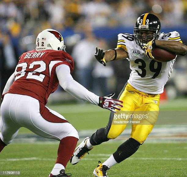 Pittsburgh Steelers running back Willie Parker at center dodges the Arizona Cardinals' Bertrand Berry left during the first quarter as the Pittsburgh...