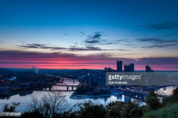 pittsburgh sunrise from point of view - pittsburgh fotografías e imágenes de stock