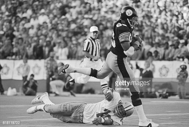 Pittsburgh's Lynn Swann runs past Cowboys' Mark Washington for a 4th quarter touchdown and a Super Bowl X win