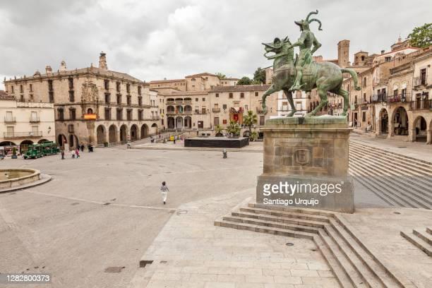 pizarro statue and plaza mayor square in trujillo - extremadura fotografías e imágenes de stock