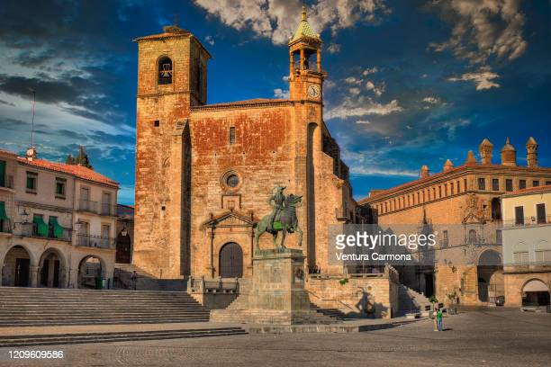 pizarro statue and plaza mayor square in trujillo, spain - extremadura fotografías e imágenes de stock