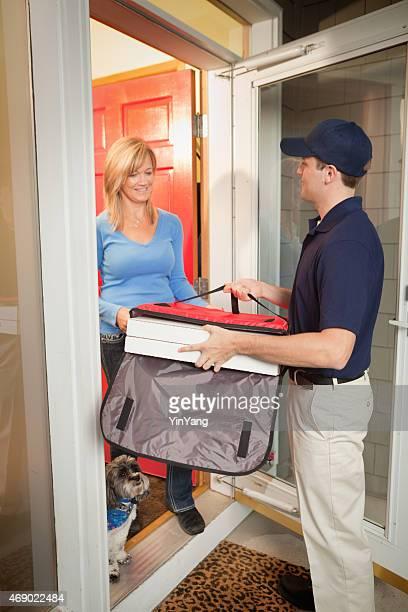 Homme, livraison de pizzas livraison case pour les clients à la porte