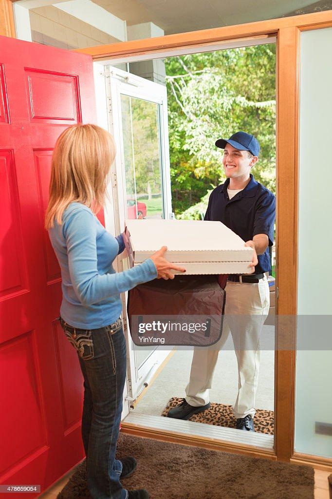 Livraison de Pizza à domicile homme offrant un Service à emporter résidentiel : Photo