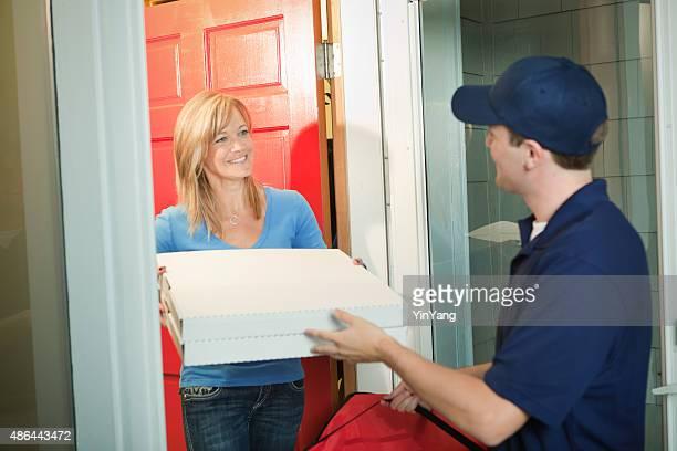 """pizza-lieferung mann mit take-out """"paket in kunden tür - unterschicht stereotypen stock-fotos und bilder"""