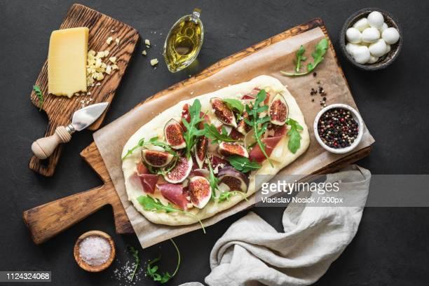 pizza flatbread with figs, prosciutto, arugula and cheese - crosta di formaggio foto e immagini stock