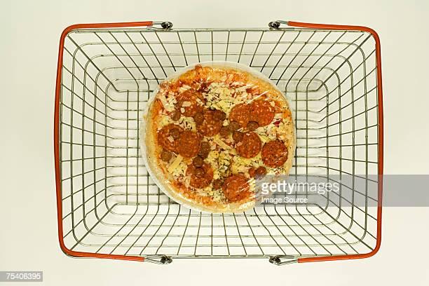 Pizza em um cesto de compras