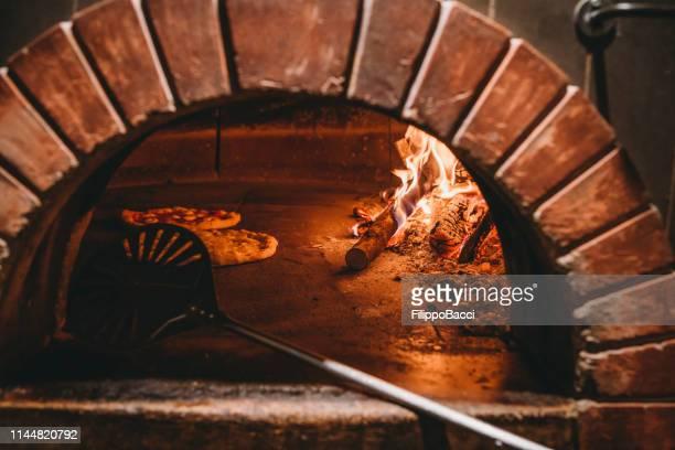 pizza margherita dentro del horno - napoli fotografías e imágenes de stock