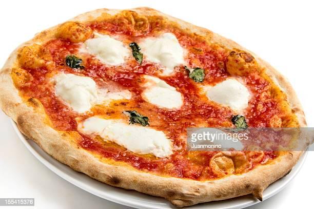 Eine pizza margherita auf einem weißen Hintergrund.