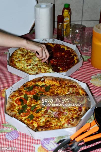 pizza na mesa - cozinha stock photos and pictures