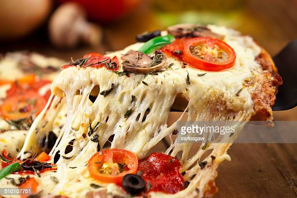 tranche de pizza. - pizza photos et images de collection