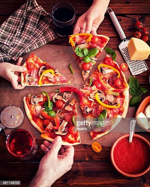 Pizza hecha con los ingredientes