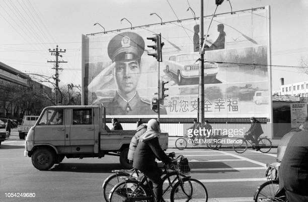 Pékin Chine Janvier 1988 Aspects de la ville et de sa population Ici un carrefour de Beijing où vélos et véhicules motorisés circulent A l'arrière...