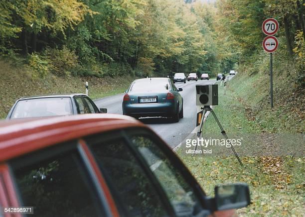 Pkws fahren auf der Landstraße an einer Radrakontrolle der Polizei vorüber. Mit den Maßnahmen zur Überwachung der Geschwindigkeit von Autofahrern im...