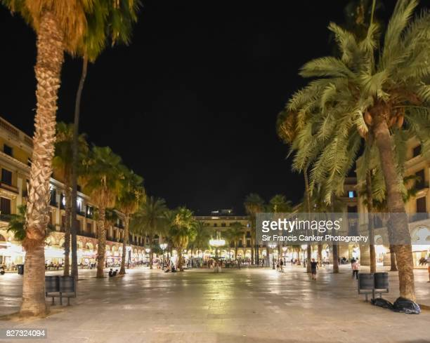 placa reial (royal square) illuminated at night in barcelona, catalonia, spain - the ramblas stock pictures, royalty-free photos & images