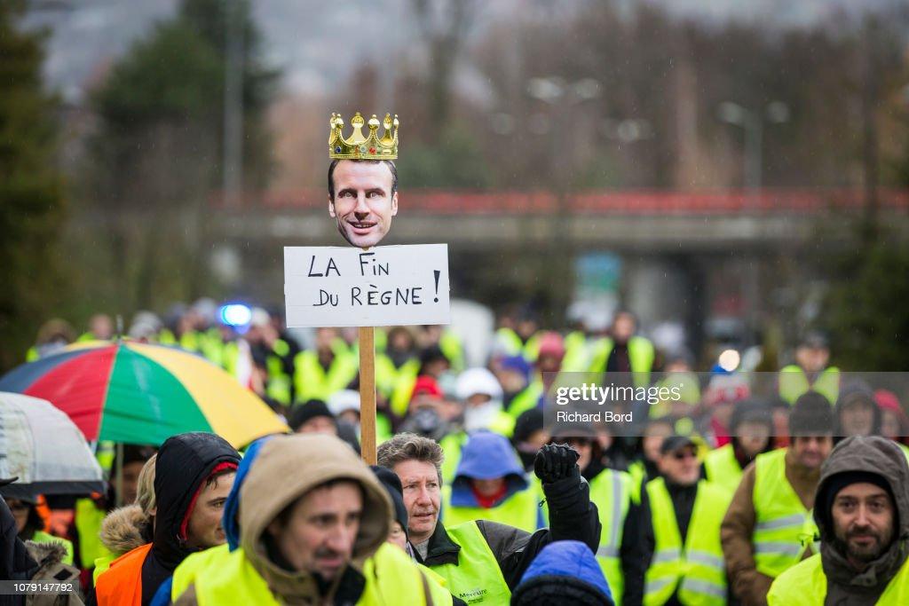 'Yellow Vests' Assemble Across France : Nieuwsfoto's
