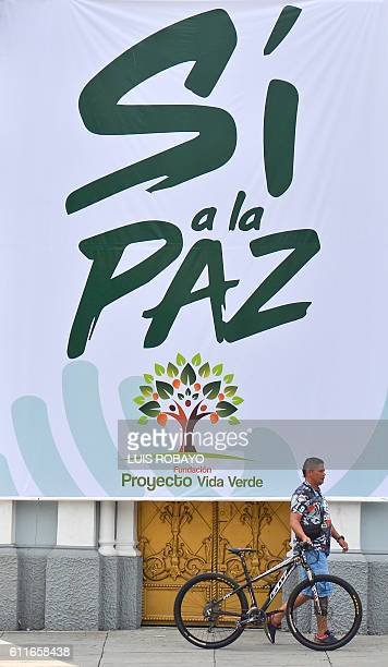 A placard urging to vote 'YES' in the upcoming referendum on the peace agreement in Cali Colombia on September 30 2016 Colombians vote in a...