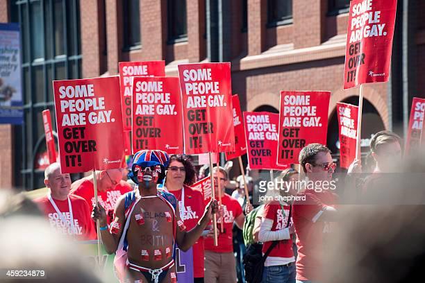 anuncios, algunas personas homosexuales, durante el desfile del orgullo manchesters - homofobia fotografías e imágenes de stock