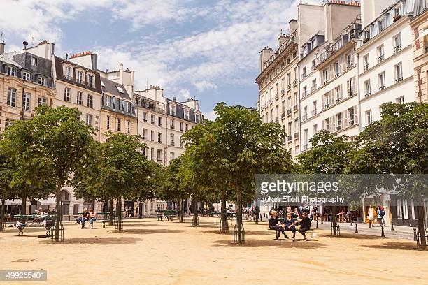 place dauphine on the ile de la cite, paris. - piazza foto e immagini stock