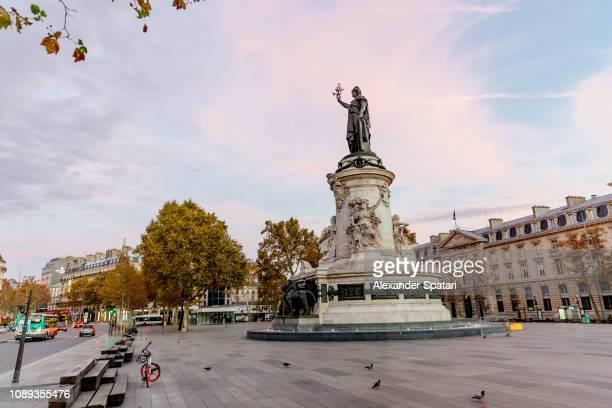 place de la république early in the morning, paris, france - famous place photos et images de collection