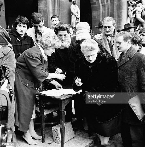 Place de l'Opéra Madame Georgie Viennet présidente de l'Association contre la peine de mort fait signer une pétition destinée à obtenir la grâce de...
