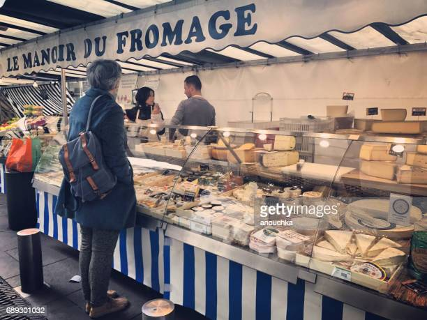 place du marché-saint-honoré, saint-honoré, buitenshuis voedingsmarkt, paris, frankrijk - franse cultuur stockfoto's en -beelden