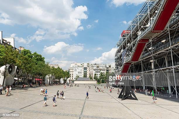 place du im pariser centre pompidou - centre georges pompidou stock-fotos und bilder
