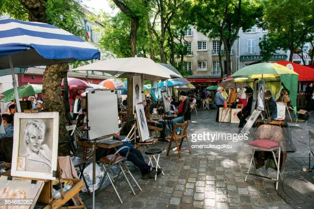 place du tertre paris with artists ready to paint tourists - painting art product stock pictures, royalty-free photos & images