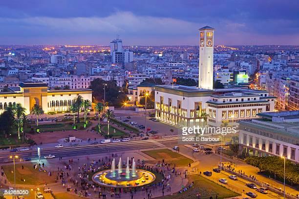 place mohammed v and city skyline, dusk - casablanca photos et images de collection