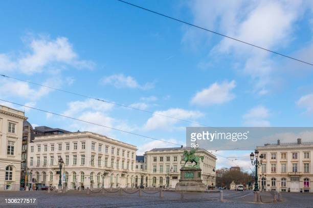 """place royale brussels with statue of godfrey of bouillon - """"sjoerd van der wal"""" or """"sjo"""" stock pictures, royalty-free photos & images"""