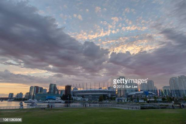 bc place stadium and rogers arena in vancouver, bc - rogers arena imagens e fotografias de stock