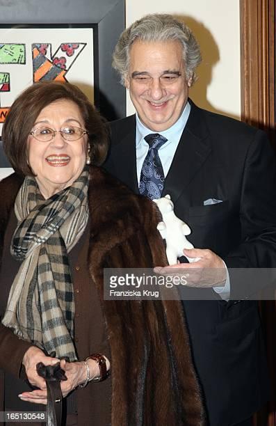 Placido Domingo Trägt Sich Ins Goldene Buch Der Stadt Berlin Ein Im Roten Rathaus Hier Mit Ehefrau Marta