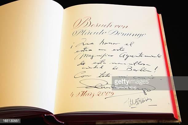 Placido Domingo Trägt Sich Ins Goldene Buch Der Stadt Berlin Ein Im Roten Rathaus, Hier Mit Ehefrau Marta .