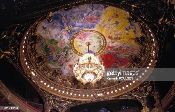 Plafond réalisé par Marc Chagall dans la grande salle de spectacle de l'opéra Garnier, à Paris, en juillet 1994, France.