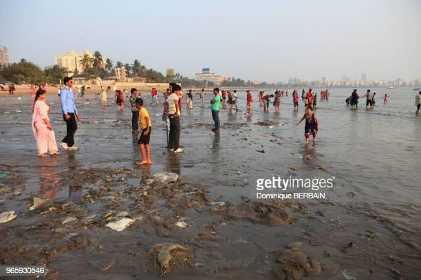 Plage de Chowpatty au centre de Bombay Des familles viennent se détendre se baigner sur une plage trés polluiée