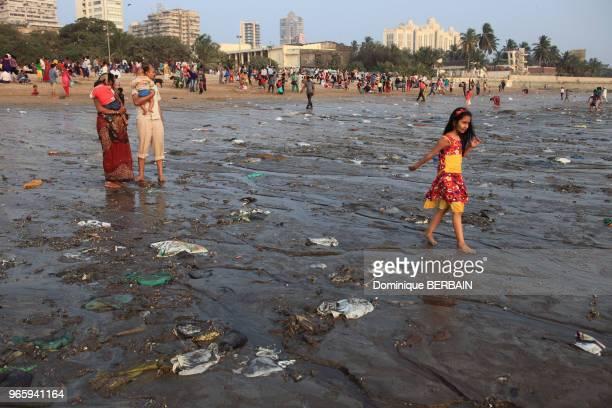 Plage de Chowpatty au centre de Bombay Des familles viennent se détendre se baigner sur une plage très polluée Inde