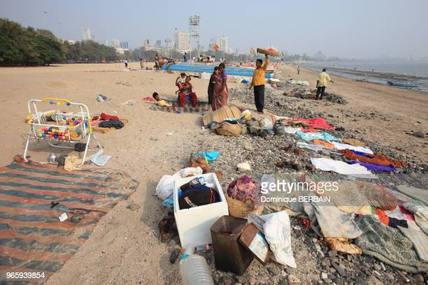 Plage de Chowpatty au centre de Bombay Des familles vivent sur la plage