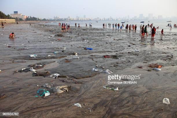 Plage de Chowpatty au centre de Mumbai Des familles viennent se détendre se baigner sur la plage trés polluée