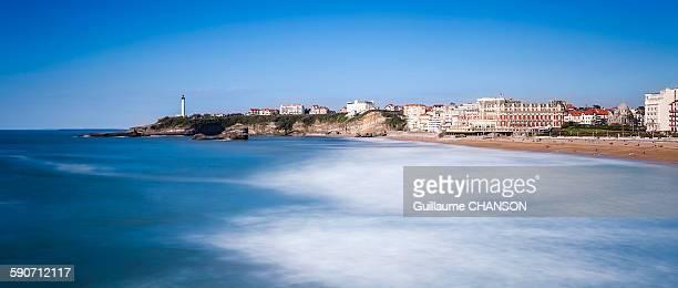 plage miramar et phare de biarritz - biarritz stock pictures, royalty-free photos & images
