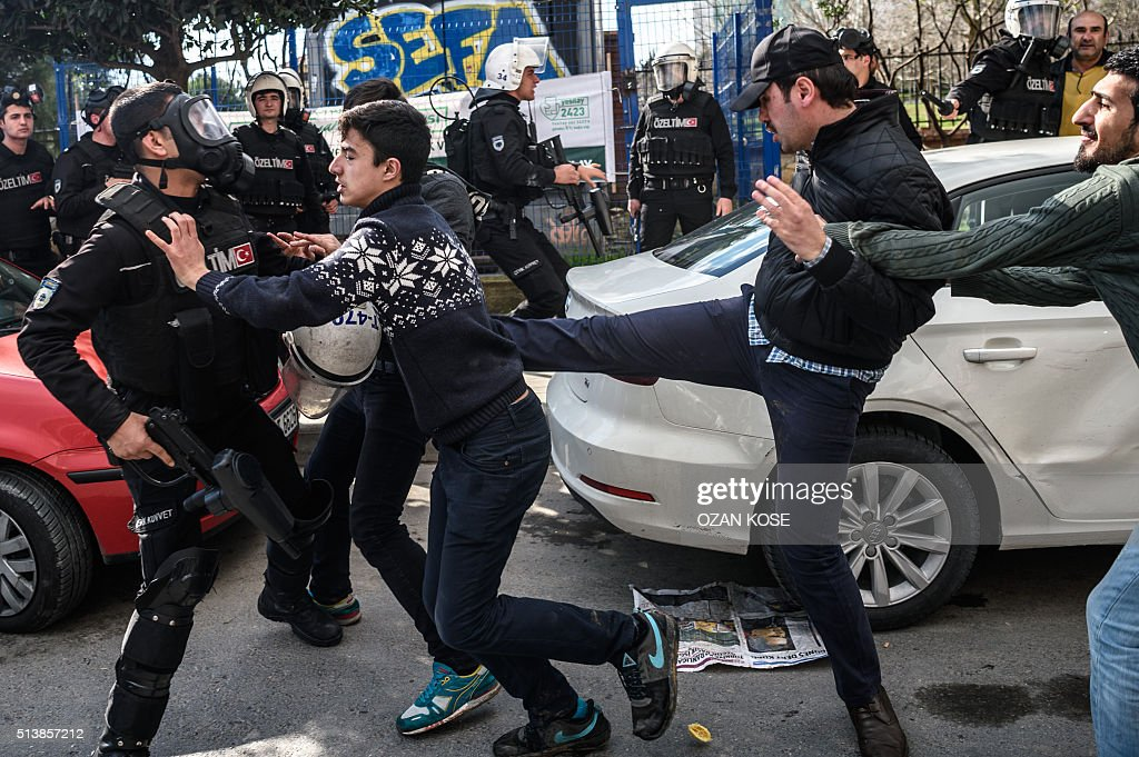 TOPSHOT-TURKEY-POLITICS-MEDIA-POLICE-DEMO : News Photo