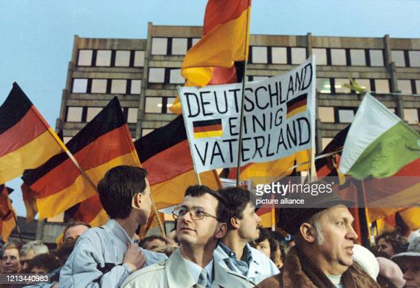 """Plakate zur Wiedervereinigung am in Dresden. Fahnen und der Ruf nach einem """"einig Vaterland"""" waren viel vertreten. Foto: Wolfgang Kumm +++ dpa -..."""