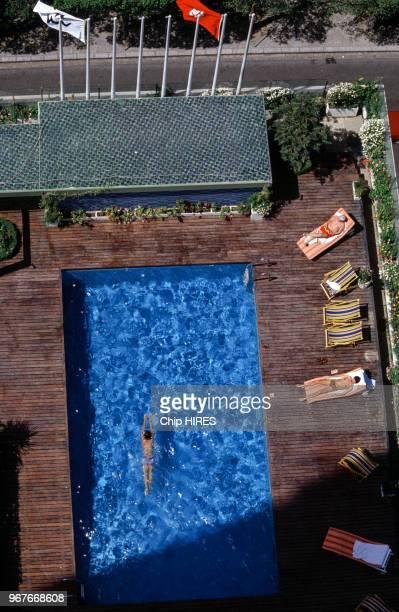Plan aérien sur la piscine d'un hôtel le 20 mai 1984 en Tunisie