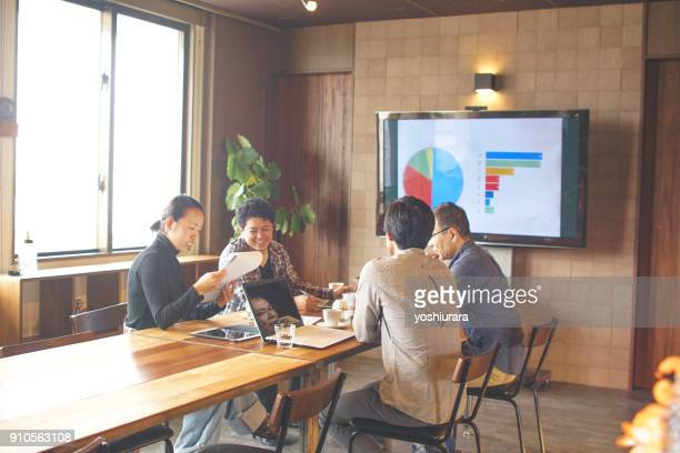 日本のオフィスでのプロジェクトのための計画 - ミーティング ストックフォトと画像