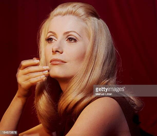 Plan threequarters of Catherine Deneuve in brown sleeveless dress one hand on the chin during a break in the filming of 'Beautiful Day' by Luis Bunuel