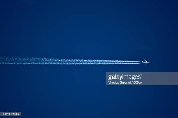 plane and vapor trail - gregnol fotografías e imágenes de stock