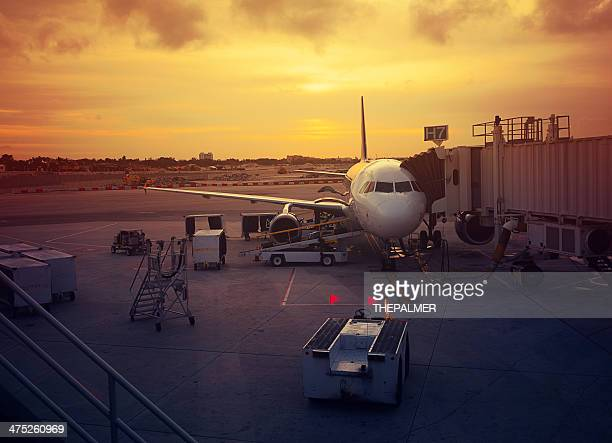 plane at the gates - fort lauderdale stock pictures, royalty-free photos & images