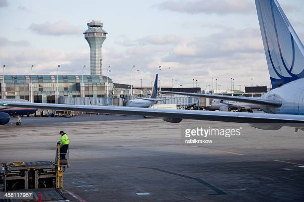 plane at the o'hare international airport - ohare airport stock pictures, royalty-free photos & images