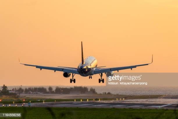 plane landing at airport - 着陸する ストックフォトと画像