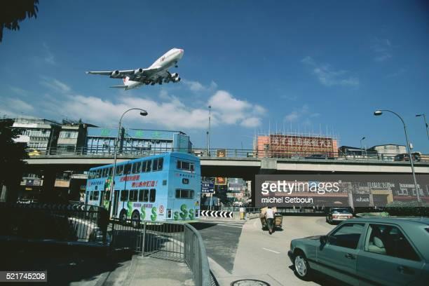 plane landing in kai tak airport - hongkong kai tak landing stock-fotos und bilder